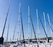 Maszt przeciw niebieskiemu niebu, statku maszt, marina w Europejskim mieście Zdjęcie Royalty Free