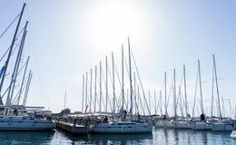 Maszt przeciw niebieskiemu niebu, statku maszt, marina w Europejskim mieście Zdjęcia Royalty Free