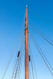 Masztowy żeglowanie jacht w tle niebieskie niebo Obraz Stock