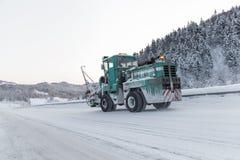 Maszyna czyści śnieg od drogi Zdjęcie Stock