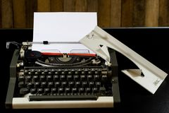 maszyna do pisania na czarnym stole Biała pusta karta Ściana szorstki b obrazy royalty free