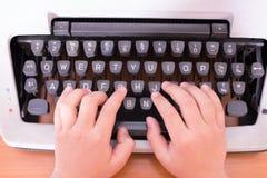 Maszyna do pisania ręki dzieciak obrazy royalty free