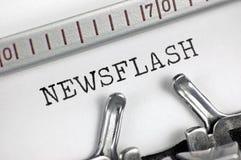 Maszyna do pisania wyszczególniający makro- zbliżenia teksta pisać na maszynie Newsflash, wielka szczegółu rocznika prasa, TV, ra Zdjęcia Stock