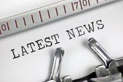 Maszyna do pisania wyszczególniający makro- zbliżenia pisać na maszynie tekst Opóźniona wiadomość, szczegółu rocznika prasa, TV,  Zdjęcia Stock
