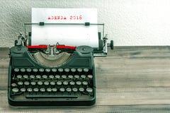 Maszyna do pisania z białym papierem pojęcia prowadzenia domu posiadanie klucza złoty sięgający niebo AGENDA 2016 Zdjęcie Royalty Free