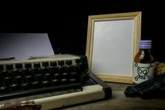 Maszyna do pisania z papierową stroną, jad i pistolet Fotografia Royalty Free