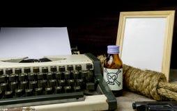 Maszyna do pisania z papierową stroną, jad i pistolet Obraz Stock