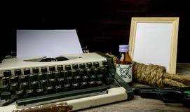 Maszyna do pisania z papierową stroną, jad i pistolet Obrazy Royalty Free