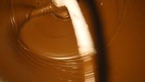 Maszyna miesza ciemną czekoladę przy fabryką zbiory wideo