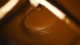 Maszyna miesza ciemną czekoladę przy fabryką zdjęcie wideo