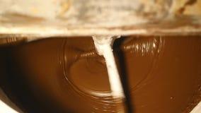 Maszyna miesza ciemną czekoladę przy fabryką zbiory