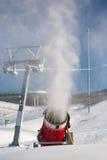 Maszyna pęka sztucznego śnieg nad narciarstwo skłonem Zdjęcia Royalty Free