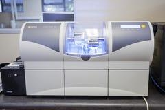 Maszyna robi ceramicznemu zębowi w stomatologicznym lab obrazy stock