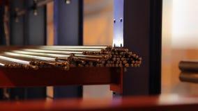 Maszyna rozdziela magazyn Stalowi bary dla przemysłowego przerobu Maszyneria przemysł zbiory wideo
