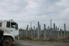 Maszyna używać dla budować fundacyjną pracę z ciężarówką w wielkiej budowie obrazy royalty free