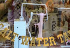 Maszyna wśrodku szklanego okno słonej wody Taffy obraz royalty free