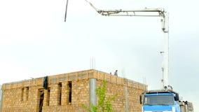 Maszyna z betonową pompą wystawia blisko budynku zbiory
