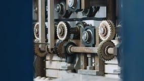 Maszyna z spiining przekładniami przy szklaną fabryką zdjęcie wideo