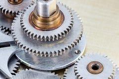 maszyneria szczegóły metali gearwheels na przemysłowym tle Zdjęcia Royalty Free