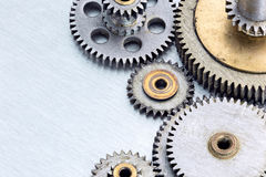 Maszynerii gearwheels na porysowanym metalu tle makro- Zdjęcia Royalty Free