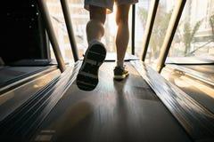 Maszynowa karuzela z ludźmi biega zbliżenie przy sprawności fizycznej gym obraz royalty free