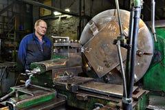 Maszynowego narzędzia warsztat w fabrycznych metalworking operatora kontrola Obrazy Royalty Free