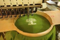 Maszynowej broderii szwalny drzewny logo zdjęcie royalty free