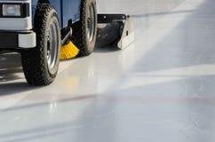 Maszynowy froterowanie lód przed meczem hokeja Zdjęcia Stock
