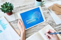 Maszynowy uczenie, sztuczna inteligencja i m?drze technologii poj?cie na przyrz?du ekranie, zdjęcie stock
