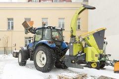 Maszyny ciężkie ciągnik przy budynek budową w mieście Miastowa infrastruktury budowa Fotografia Stock