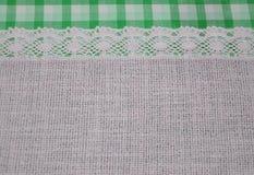 Matéria têxtil de pano de linho com a fita laçado do laço e beira do teste padrão verde da tartã Imagem de Stock Royalty Free