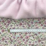 Matéria têxtil de Rosa no algodão do printet da flor, e fita métrica Imagens de Stock