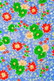Matéria têxtil, flores no azul Foto de Stock Royalty Free