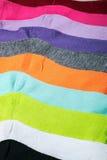 A matéria têxtil golpeia o fundo colorido Imagens de Stock Royalty Free