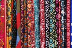 Matérias têxteis coloridas para a venda em um mercado de Kuala Lumpur fotos de stock