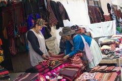 Matérias têxteis de Weawed da mão no mercado de Tarabuco, Bolívia Fotografia de Stock