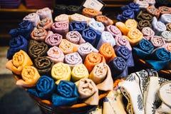 Matérias têxteis e roupa no bazar Imagem de Stock