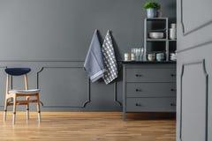 Matérias têxteis no interior cinzento da cozinha fotos de stock royalty free