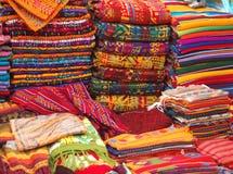 Matérias têxteis no mercado Fotografia de Stock Royalty Free
