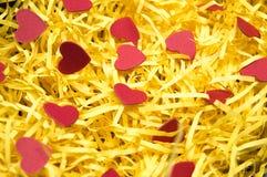 Matériau d'emballage jaune et modèle rouge de coeur Photographie stock