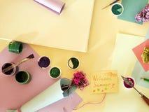 Matériaux d'art, bouquets des fleurs, été d'accueil de carte de voeux sur un fond clair, vue supérieure photos stock