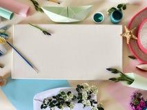 Matériaux d'art, bouquets des fleurs sur un fond clair, vue supérieure images libres de droits