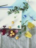 Matériaux d'art, peintures, brosses, crayons colorés, toile blanche, fleurs et fruits sur un fond clair, vue supérieure, concept  image stock