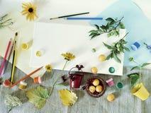 Matériaux d'art, peintures, brosses, crayons colorés, toile blanche, fleurs et fruits sur un fond clair, vue supérieure, concept  images libres de droits