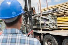 Matériaux de Buidling étant déchargés du camion images libres de droits