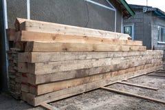 Matériaux de construction de bois à débiter pour la menuiserie, bâtiment, réparation et meubles, matériel de bois de charpente po photos stock