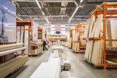 Matériaux de construction dans le magasin de matériel Les gens recherchent des matériaux de finissage pour des réparations dans l images stock