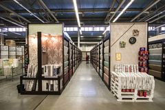 Matériaux de construction dans le magasin de matériel Les gens recherchent des matériaux de finissage pour des réparations dans l photo stock