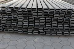 Matériaux de construction de fer de site du travail de construction photos stock
