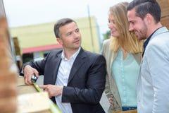Matériaux de construction de mesure de vendeur pour des couples photos libres de droits